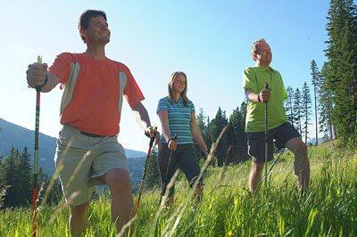 Chůze s hůlkami není jen pro důchodce
